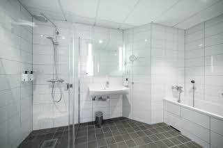 Mastersuite bathroom. With shower and bathtub