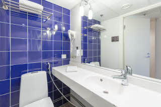Standard king bathroom